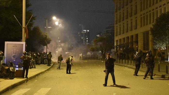 L'an un de l'après explosion à Beyrouth : Des échauffourées devant le parlement Libanais, plusieurs blessés enregistrés.