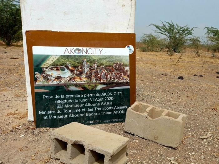 Akon City / Presque un an après la pose de la première pierre : Deux briques et une pancarte fracassée comme « investissements ».