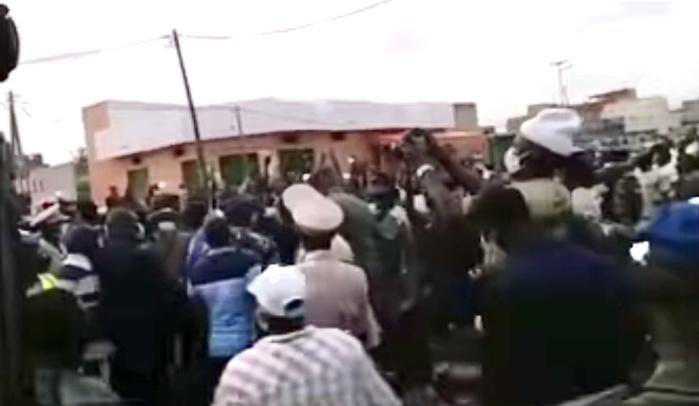 Inondations dans la banlieue : Le maire de Keur Massar chahuté par les populations devant Antoine Diome.