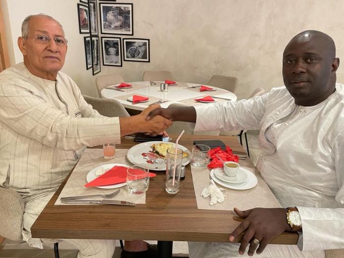 Locales 2022 à Kaolack :  Abdoulaye Khouma et Mohammad Rajab de l'UDR se serrent la main et actent leur compagnonnage.