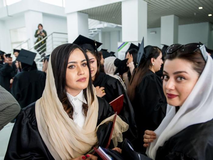 Afghanistan : Les femmes forcées de se couvrir dans les universités.