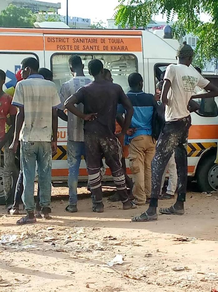 TOUBA - Une ambulance brise la jambe de deux vulganisateurs et les envoie avec leur client à l'hôpital.