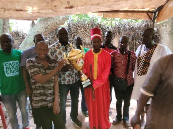 OUSSOUYE / Vainqueur coupe du Sénégal : Seydou Sané a présenté le trophée de la consolidation de la paix aux Majestés Sibilumbaye Diédhiou et Silondébile Diédhiou.