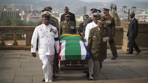 Le cercueil de Mandela transporté solennellement dans Pretoria