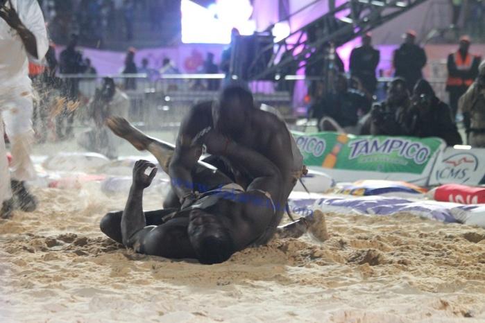 Kharagne... mais vraiment Kharagne... Lô rafle le trophée Bécaye Mbaye: Eumeu battu, les Parcelles assainies la localité de Modou lô en effervescence. Regardez la victoire de Modou Lo sur Eumeu Sène (vidéo)