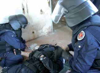 Urgent à Touba- Une centaine d'éléments du GIGN au marché Ocass. Des vendeurs d'armes à feu menottés et arrêtés