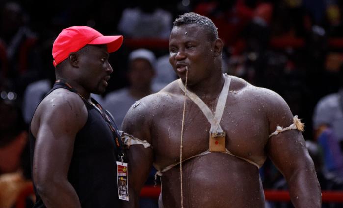 """Devant ses proches, parents et supporters, Bombardier se glorifie : """"Je suis le seul et le premier lutteur Sénégalais à être deux fois Roi des Arènes!"""""""