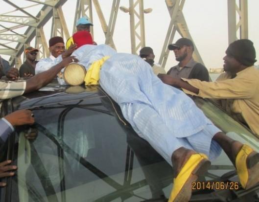 INSOLITE : « Baye Tama » saute sur la voiture de Wade à St Louis