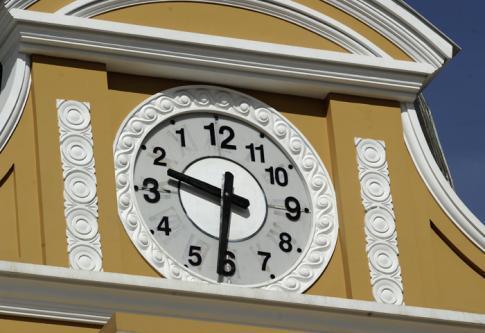 BOLIVIE : Les montres tournent officiellement à l'envers