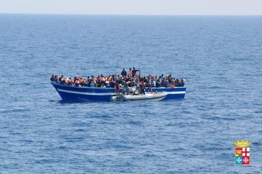 Italie: une trentaine de cadavres sur un bateau secouru par la marine