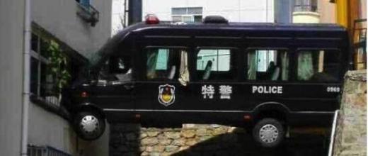 Une fourgonnette de police suspendue entre deux immeubles