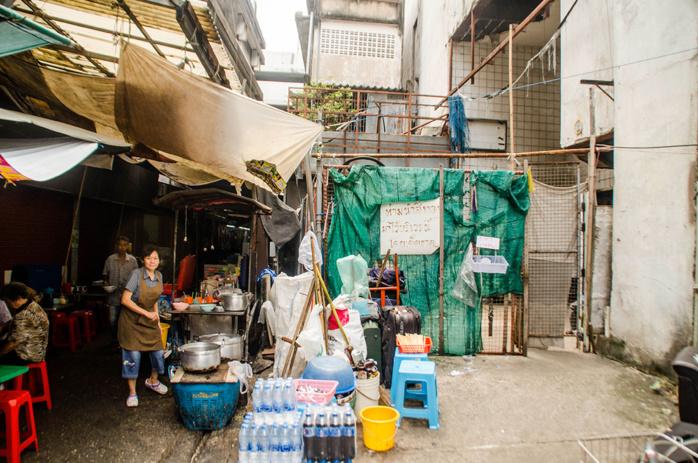 La nature a fait de ce centre commercial abandonné par l'Homme, un fabuleux refuge pour des milliers de poissons