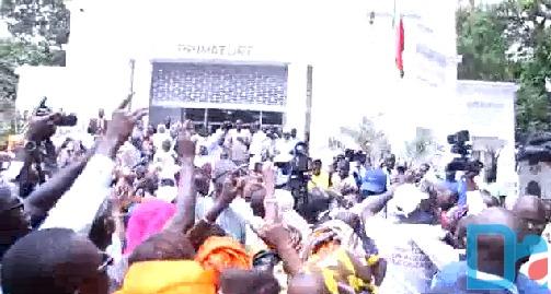 Les militants de Mimi Touré à la passation de service