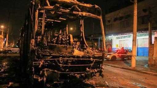 Autobus brûlés et un magasin pillé à Sao Paolo, après la défaite du Brésil