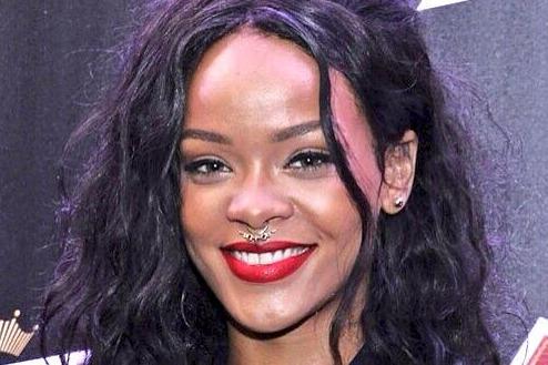 Le nouveau piercing de Rihanna fait jaser