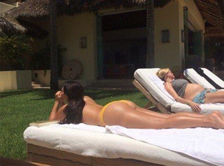 Kim Kardashian : topless et généreux fessier bien en vue, elle fait grimper la température !