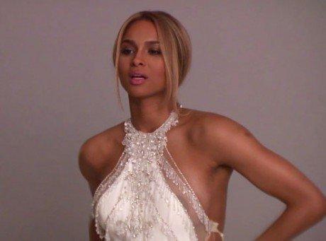 Ciara laisse échapper un téton lors d'un shooting !