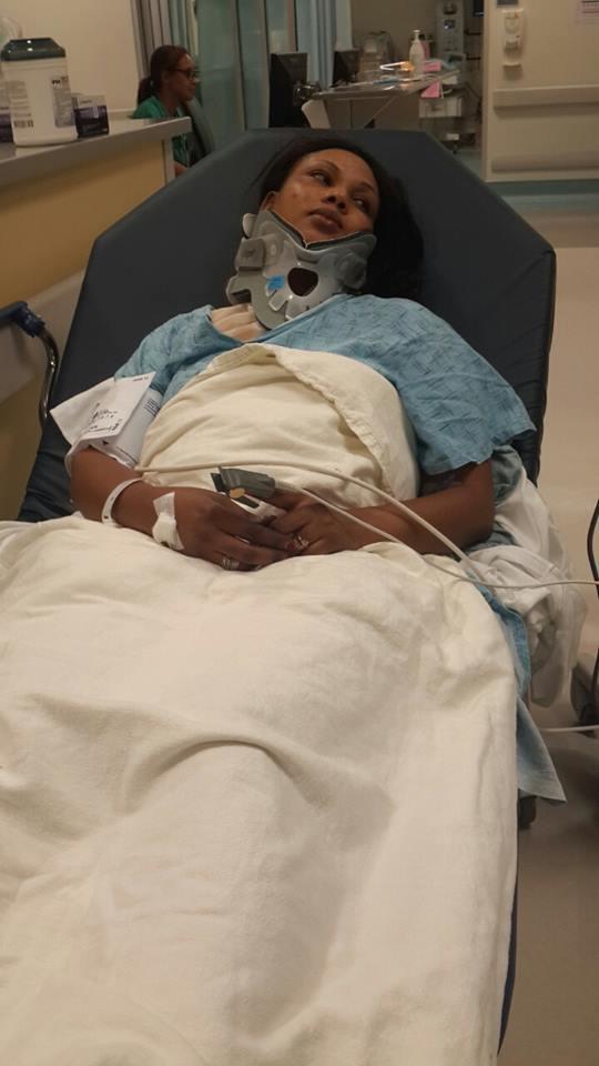 Amina potè dans un lit d'hôpital....