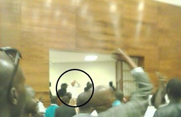 Voici la première photo de Karim Wade dans la salle d'audience saluant ses militants