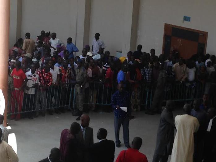 Le nombreux public retenu dans les couloirs du prétoire de Dakar