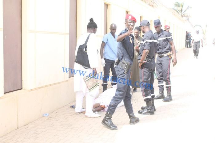 Procès Karim Wade : les sapeurs pompiers en train de secourir une dame qui s'est évanouie sous l'effet de la chaleur