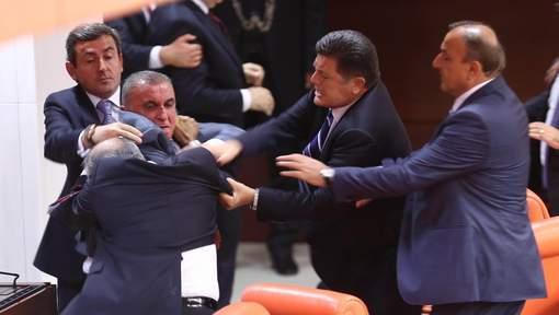 Echange de coups entre députés au parlement turc