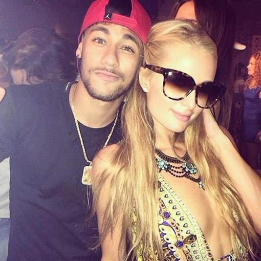 Neymar très proche de Paris Hilton à Ibiza