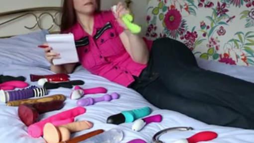 Testeuse de sex toys, elle est payée à avoir des orgasmes