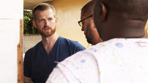 """Le médecin américain infecté par Ebola va """"de mieux en mieux"""""""