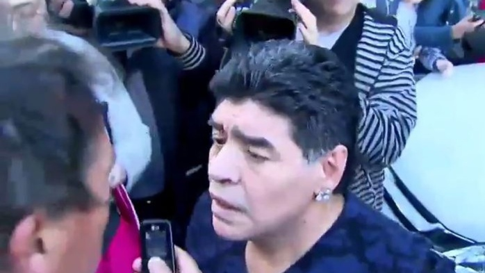 Agacé, Diego Maradona gifle un journaliste en pleine rue