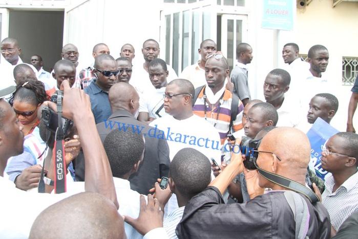 Baldé entouré de jeunes militants