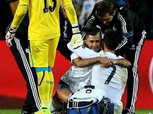 L'étreinte entre Ronaldo et un supporter en plein match