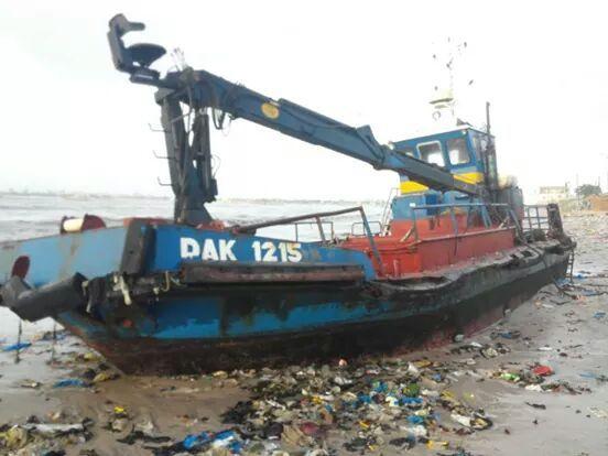 Un bateau remorqueur et deux conteneurs ont échoué hier sur la plage de Hann/Bel-Air