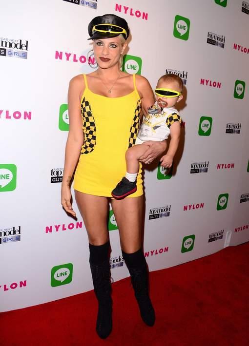 Elle utilise son bébé comme accessoire de mode