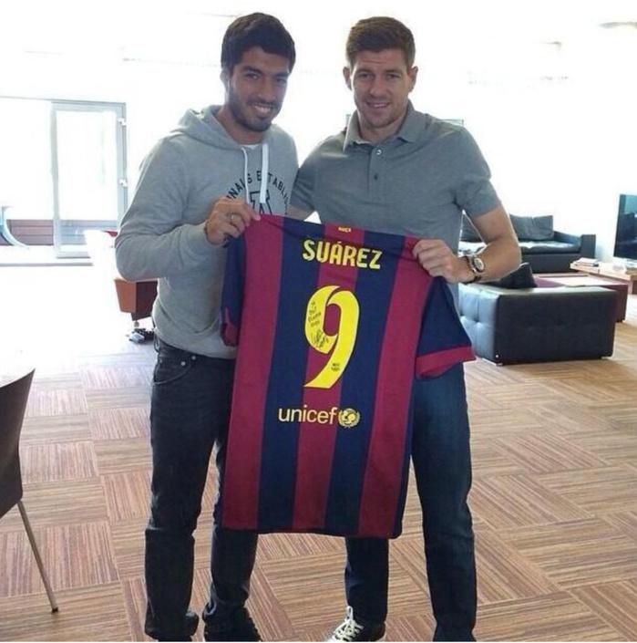 Luis Suarez And Steven Gerrard Reunited: Luis Suarez Offre Son Nouveau Maillot Dédicacé à Son
