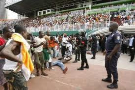 Hystérie au stade Lss : 8 petits garçons âgés entre 8 et 14 ans, blessés