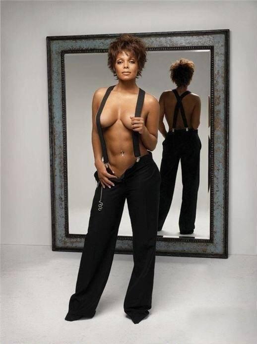 A 46 ans, Janet Jackson pose à moitié nue