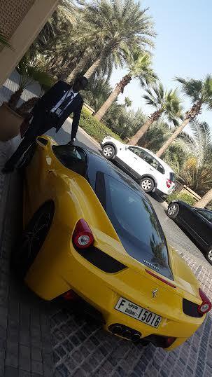 Le journaliste Johnson Mbengue descend d'une Ferrari d'un de ses amis dubaiotes.