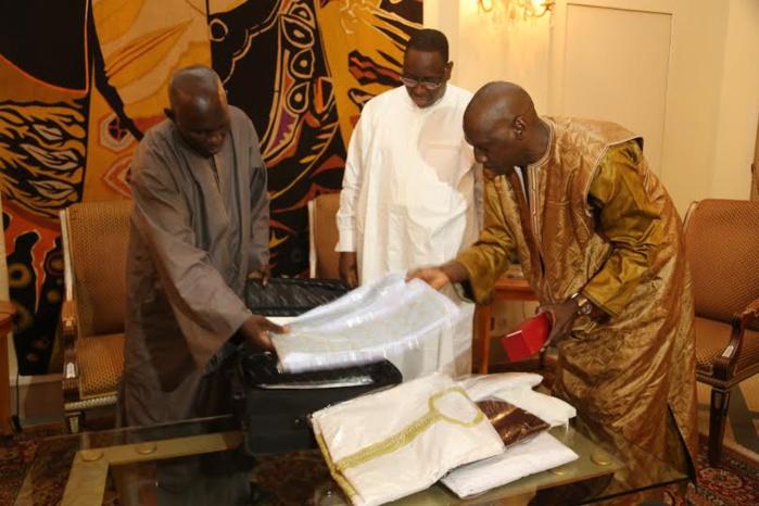 Le bras droit Serigne Cheikh N'diaye, remettant au chef de l'Etat les cadeaux offerts par le khalife général des mourides