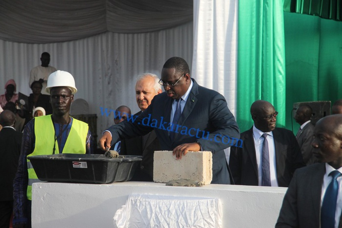 Le président de la République Macky Sall procédant à la pose de la première pierre à la cité de l'émergence