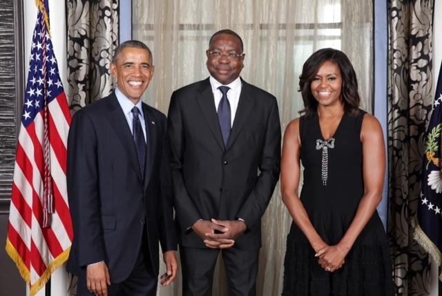 Le ministre des affaires étrangères Mankeur Ndiaye pose avec le couple Obama