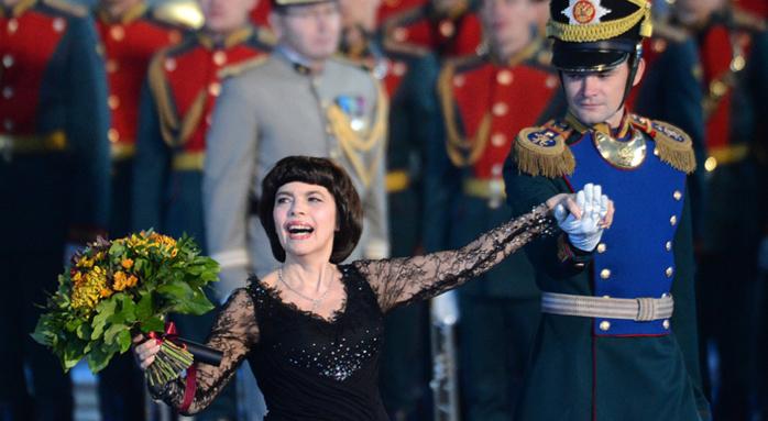 Mireille Mathieu: 50 ans de carrière, une coiffure