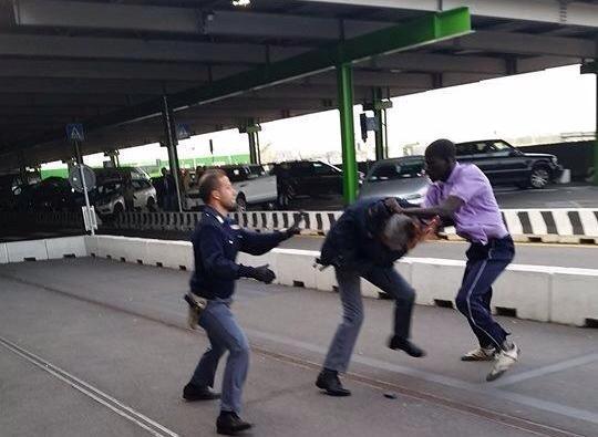 En situation irrégulière, cet immigré d'origine africaine affronte les policiers italiens qui tentent de le maîtriser (Images)