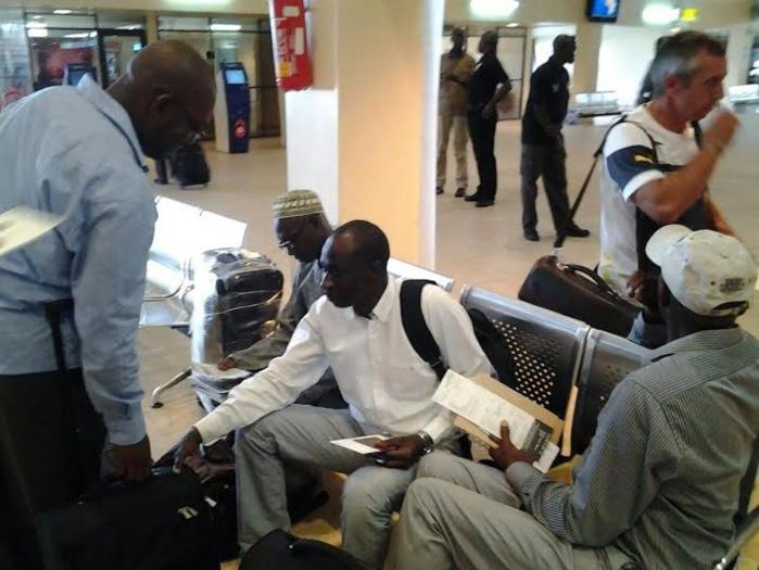 """Les """"lions"""" à l'aéroport Léopold Sédar Senghor pour l'embarquement à Monastir"""