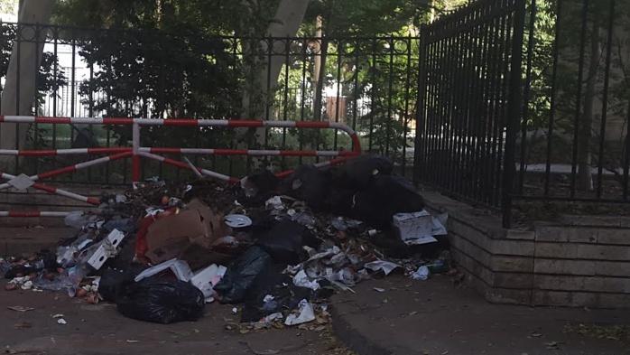 Le jardin public jouxtant le palais transformé en poubelle publique par les riverains.