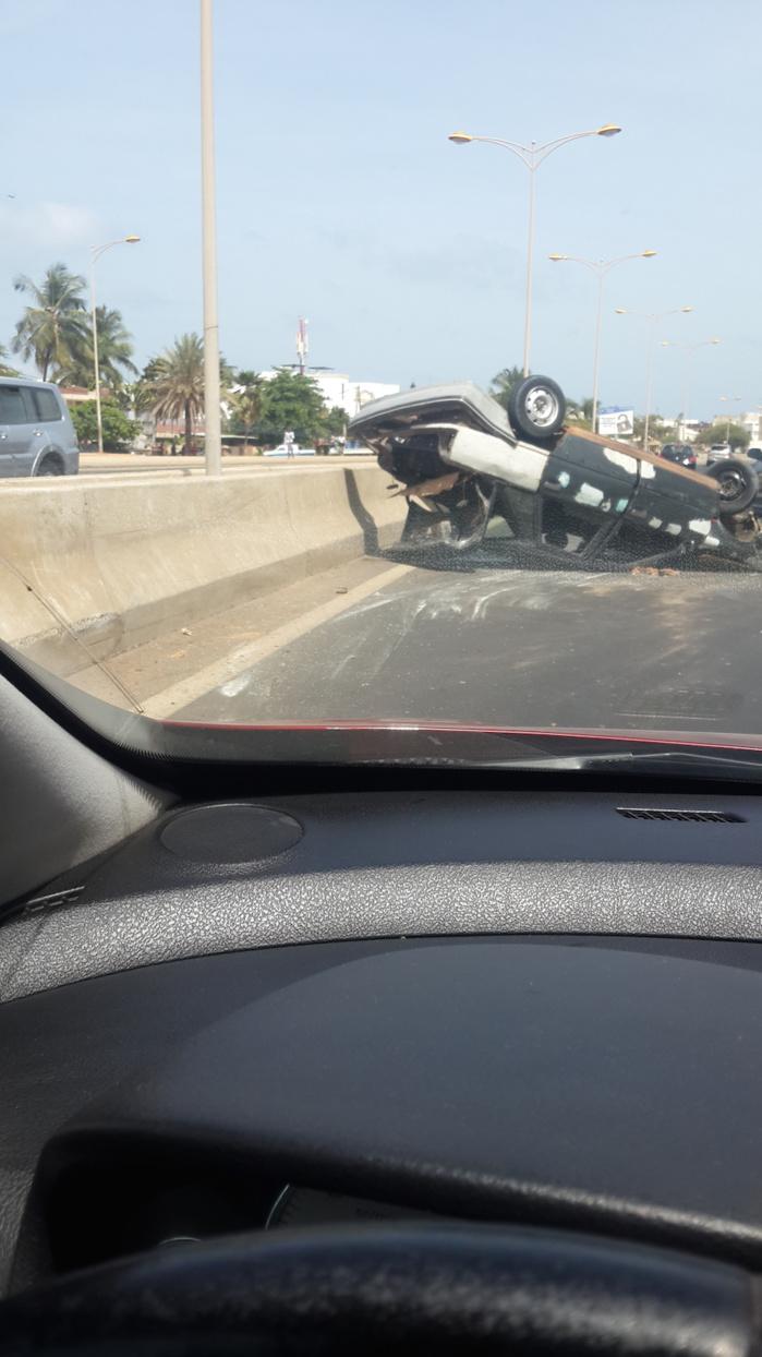 Les images de la voiture qui s'est renversée sur la route de l'aéroport