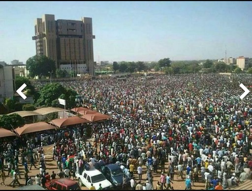 Burkina Faso : la place de la nation prise d'assaut par les populations (IMAGES)