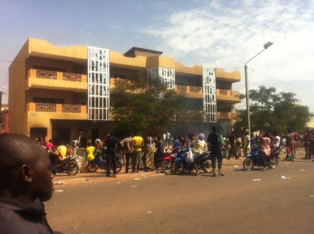 Un immeuble appartenant au frère du président François incendié par les manifestants