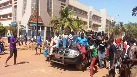 BURKINA FASO : les manifestants ont volé les véhicules des députés