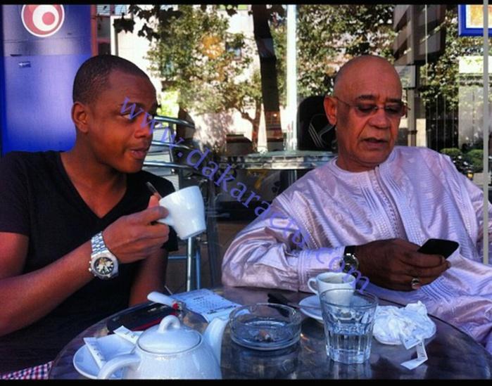 Mohamed Saleh, le fils de Mahmout Saleh s'amuse avec l'argent